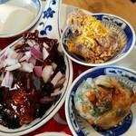 113535114 - メインはコクのあるタレがたまらない黒酢酢豚、手前は具沢山なニラ饅頭、奥は香港名物カレー風味の唐揚げ