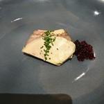 113535128 - (2019年7月 訪問)鴨のフォアグラと胸肉の燻製の取り合せ。臭みが無く濃厚な旨味のフォアグラと、ほんのり燻された風味が美味しい胸肉のバランスが最高です。