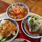 113535168 - しっとり柔らかい棒棒鶏は、中華風スパイスとコクのあるナッツ風味のタレで、サラダ代わりの生春巻きや、サッパリくらげの冷製など