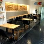 ブック&カフェ ダナポイント - 下のテーブル席