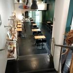 ブック&カフェ ダナポイント - 上から下のテーブル席を望む