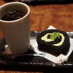 113577546 - 陶芸村オリジナル黒炭ロールケーキセット 800円