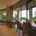 ヴィラージュ伊豆高原 - 緑が目に優しい開放的な雰囲気でお召し上がり下さい