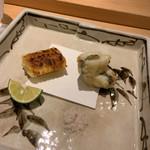 割烹 一楓 - 焼きとうもろこし、魚の雲丹と紫蘇巻き天ぷら 焼きとうもろこしが香ばしい。魚の名前わからない(笑)。 フワッとした衣の天ぷら。塩でいただきます。