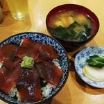 113587054 - マグロ丼、味噌汁、おしんこ(¥600)