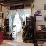 スリー - お店は喰の道場内にあります タイ国旗が目印