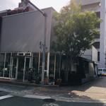 113597122 - 1Fの店舗はガラス張り、朝日が射し込み