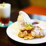 cafe maru - maruのパンケーキ (プレーン) (¥890)、クレミアアイス (¥300)、ロイヤルアイスミルクティ (¥650△200)