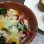 クロッシュ - アルビナーレトマトと地場野菜のチキンオーブン焼き