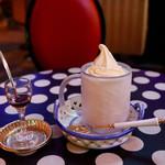 113604714 - カップアイスクリームとサービスの紅茶のリキュール