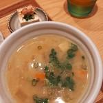 113605721 - 大きめの根菜や豚肉がゴロゴロ、甘めの米味噌がまろやかで美味しいごちそう豚汁、奥は添田町名物のお豆腐