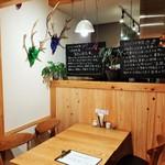 ヒシミツ醤油 - 木を多用したナチュラルなインテリアで、ほっこり和むカフェ風の雰囲気