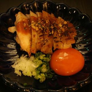 【鶏一品】朝挽きもも肉の炙りに、フォアグラ風レバーグラタン