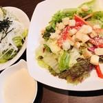 いきなりステーキ - 左:大根とレタスの和風サラダ(コースメニュー) 右:シーザーサラダ(レギュラーサイズ)@350円