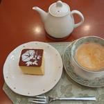 ティーハウス ローズマリー - アイスヌワラエリアと紅茶屋さんのカステラ。ポットにはディンブラ