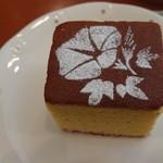 ティーハウス ローズマリー - きめ細かく、弾力あるカステラ。甘さのキレが良く、シットリしている。紅茶に合うよう、香りと甘さは抑えていると言う。美味しくいただいた(^-^)