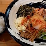 モンキーらーめん  - 料理写真:まぜそば(850円+税)+サービスライス