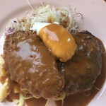 洋食よだれ道 - ミンチカツ・ハンバーグ・ポーチドエッグ。 サラダとおかずの下にはマカロニサラダにカレー味パスタ!炭水化物たっぷり(笑)