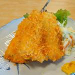 磯料理マルゴ - 中型のアジフライが2枚