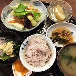木もれび - 本日の献立 ¥860 豆腐と厚揚げの野菜とそぼろ味噌あんかけ、じゃがいもの甘煮、切り干し大根、小松菜と春雨サラダ、五穀ごはん、みそ汁。品数充実、かなりおなか一杯