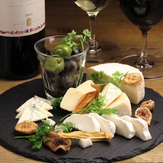 ACORN自慢の20種類以上の国内外の厳選チーズ