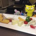 チーズと日本酒のお店 ラジット - チーズ盛り合わせ       ハチミツついてました