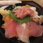 113682451 - 「海鮮10種丼」(880円)