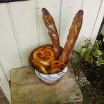 11369411 - 店頭に置かれたディスプレイのパン
