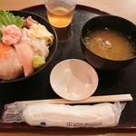 海鮮居酒屋 山傳丸 - 海鮮10種丼¥880-