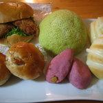 小麦の郷 - 料理写真:白身のバーガー¥180、富良野メロンパン¥140、ヨーグルトロール2個¥100、プチクルミパン2個¥110など^^