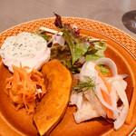 113700319 - 前菜盛り合わせサラダ仕立て、若鶏のバロンティーヌ バジル風味、キャロットラペ、 有機かぼちゃのバルサミコマリネ、キスのエスカベッシュ