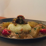 ホリー ウッド バディ ファニチュア - 料理写真:パイカと冬瓜のスープカレー&唐辛子、ニンニク、オクラのポリヤル