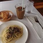 ラ パッパータ - 本日のランチ  A鶏胸肉のソテー 1,500円(税込)の、キノコのスパゲッティと、パン、アイスコーヒー