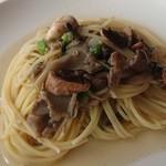 ラ パッパータ - 本日のランチ  A鶏胸肉のソテー 1,500円(税込)の、キノコのスパゲッティ