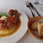 ラ パッパータ - 本日のランチ  A鶏胸肉のソテー 1,500円(税込)の、鶏胸肉のソテーと、パン