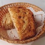 ラ パッパータ - 本日のランチ  A鶏胸肉のソテー 1,500円(税込)の、パン