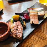 ROASTER - 愛知産牛サーロイン  渥美豚のグリル              季節の野菜  2色ソース