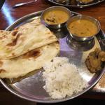 南インド食堂 ビーンズ オン ビーンズ - Aランチ チキンカレー+野菜カレー ナンとごはん食べ放題 850円
