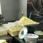所沢 大勝軒 - 計りには生麺がたっぷり用意される。