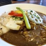ノムカ+cafe - ◆お野菜カレー・・お野菜は「蓮根」アスパラ」など。 程良い辛味で食べやすい。ただお肉の質は、前回の方がよく今回は脂身が多めの細切れでした。 これならお野菜のみにして、入れない方がいいかも。