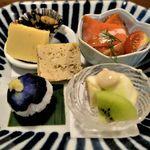 113714962 - 【前菜】(写真左奥から時計回り)チーズ卵にヒジキ・小豆島のシジミ、サーモンサラダ、イチジクとキーウイのごま酢和え、ナスの手毬寿司、松風