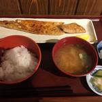 炭火焼専門食処 白銀屋 - サーモンハラス干し定食 800円(ごはん少なめで、ここから50円マイナスしてもらった)