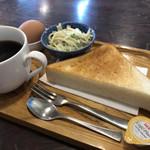 マゼラン - 料理写真:ホットコーヒー400円とモーニング