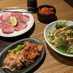 焼肉 居酒屋 KARAKARA - キムチ、鶏かわ、鶏せせり、ネギ牛塩タン、さっぱりしゃきしゃきサラダ