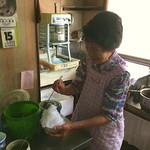 木曽馬 - 木曽馬のかき氷を作る女将さん 2019.8.15撮影