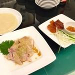 113757744 - 蒸し鶏と北京ダック