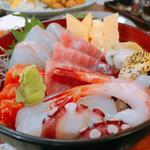 えびせい - 大漁海鮮丼の色合いが綺麗です