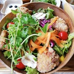 モニカ&アドリアーノ - 唐揚げ4P、ミニトマト、人参、生マッシュルーム、豆苗、レタス、パプリカ、パクチー、紫キャベツ、水菜の10品サラダ。ドレッシングはタイ料理にもありそうな無色のスイートチリ。