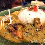 創作カレー MANOS - 2種盛り:Manosチキンカレーとイカとカかぼすの豆乳カレー