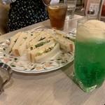 マヅラ喫茶店 - 向こう見えてるのが謎の「ブラックティー」??